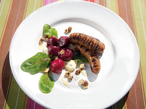 bild av Grillad isterband med inlagda rödbeter, getostcrème och glacerade hasselnötter