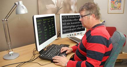 Bild på användare med MagniLink Vision Split samt ZoomText förstoringsprogram och anpassat tangentbord VIG Keys.