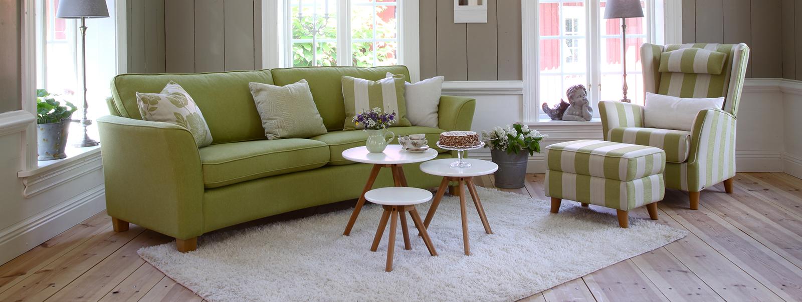 Soffor, fåtöljer, soffbord, bokhyllor och tv bänkar